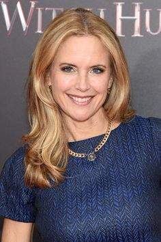 Kelly Preston Long Wavy Cut - Kelly Preston styled her hair with bouncy waves for the New York premiere of 'The Last Witch Hunter. John Travolta Kelly Preston, Blue Velvet Suit, Preston Style, Famous Celebrities, Celebs, Kelly Lebrock, Kelly S, Grace Kelly, Hot Country Girls