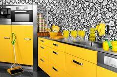Leuchtende gelbe Küchen oberflächen blumenmuster schwarz weiß