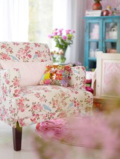 House of Turquoise: Sanna & Sania + Candace Rose Giveaway! Love the chair! Cottage Living, Cozy Cottage, Shabby Cottage, Cottage Style, Living Room, Do It Yourself Design, Floral Chair, Floral Fabric, House Of Turquoise