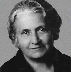 Maria Montessori (1870-1952) fue una educadora, pedagoga, científica, médica, psiquiatra,filósofa, antropóloga, bióloga, psicóloga, devota católica, feminista y humanista italiana. Fue la primera mujer italiana que se graduó como doctora en medicina.Actualmente puede parecer difícil comprender bien el impacto que tuvo Maria Montessori en la renovación de los métodos pedagógicos de principios del siglo XX, ya que la mayoría de sus ideas hoy parecen evidentes.