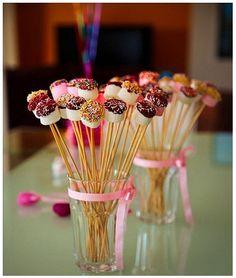 8 deliciosas ideias de mini-doces para fazer numa festa de aniversário infantil. Pratos coloridos e cheios de maravilhas que toda a criança vai adorar.