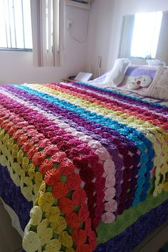 Artesanato Com Fuxico: 53 Ideias Incríveis Para Copiar Fabric Art, Fabric Crafts, Designer Bed Sheets, Quilt Patterns, Crochet Patterns, Yo Yo Quilt, Sewing Machine Projects, Quirky Home Decor, Quilted Bedspreads