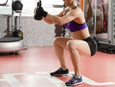 Add a twist to your regular butt workout routine by holding a kettlebell while exercising. It is a great way to improve up your old butt moves and make them a bit harder by adding the extra weight. Kettlebell Training, Kettlebell Cardio, Kettlebell Benefits, Kettlebell Challenge, Dip Workout, Squat Workout, Leg Challenge, Hips Dips, Wellness Programs
