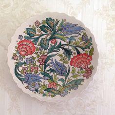 Çini desenli tabak çap 26cm #çini #seramik #tabak #elişi #handmade #dekorasyon #çiçek #lale #ottoman #tulip #flowers #rose #decoration #plate #red #blue #purple #green #osmanlı