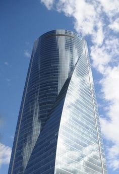 Torre Espacio - Curve Detail - The Torre Espacio looks different at each angle thanks to its structural curve.