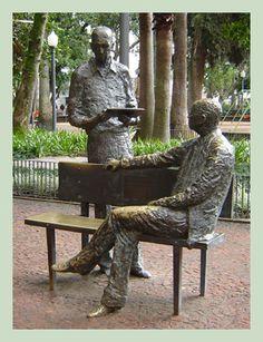 Monumento a Carlos Drummond de Andrade e Mário Quintana, na Praça da Alfândega, obra de Francisco Stockinger e Eloisa Tregnago.