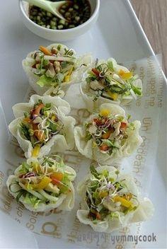 튀긴 꽃만두 샐러드~~ 아삭하고 상큼하고... : 네이버 블로그 Korean Dishes, Korean Food, Food Design, Healthy Menu, Healthy Recipes, Cooking Recipes For Dinner, Asian Recipes, Ethnic Recipes, Cafe Food