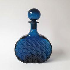 Catawiki online auction house: Nanny Still - Riihimäen Lasi - Carafe Flindari - Glass Genie Bottle, Bottle Art, Colored Vases, Carafe, Mid-century Modern, Glass Art, Perfume Bottles, Auction, Art Deco