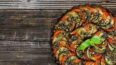 Jestli se dá nějaké jídlo označit jako esence letních chutí a vůní, je to právě ratatouille. Lehký a přitom výrazný pokrm, který dá krásně vyniknout čerstvé zelenině a bylinkám. Uvařte si ho s námi!