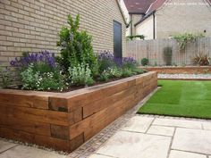 There are many reasons why a garden edging should be part of your garden. First of all, it serves to beautify the lawn, then it keeps animals (modern garden beds) Back Gardens, Outdoor Gardens, Wooden Garden Edging, Border Garden, Front Yard Landscaping, Landscaping Ideas, Railroad Ties Landscaping, Front Yard Planters, Inexpensive Landscaping