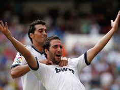 Higuaín é abraçado por Arbeloa depois de abrir o marcador no Santiago Bernabéu  Foto: AP