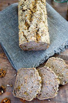 Buchweizenbrot (vegan glutenfrei) mit Haferflocken, Chia Samen, Sonnbenblumenkerne, Walnüsse und frisch geriebene Karotte.