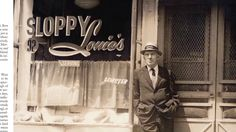 """""""O Segredo de Joe Gould é considerado a obra-prima do jornalista norte-americano Joseph Mitchell, que viveu sua solidão de escritor na Nova York gelada da década de 40. No livro estão dois perfis de um velho boêmio de família rica, que perambulava com um ensebado portfólio debaixo do braço pelas ruas frias do Greenwich Village, bairro popular da metrópole americana. Escritos com invejável delicadeza e paciência por Joseph, os dois textos foram publicados em um intervalo de vinte e dois…"""