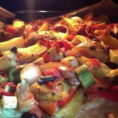 Brambory dejte vařit ve slupce a zatím si pokrájejte zeleninu. Rajčata na tenké měsíčky, kapie na nudličky, pórek na půlkolečka, cibulky na...