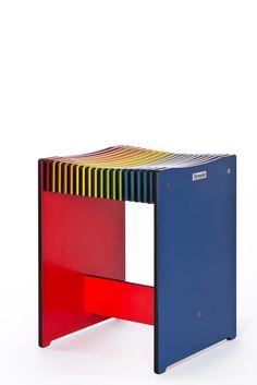 Kleiner Hocker aus Kompaktplatte in Regenbogenfarben