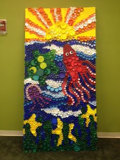 """plastic bottle art Our completed bottle cap """"Sea Life Mural"""" Plastic Bottle Tops, Plastic Bottle Crafts, Bottle Cap Crafts, Bottle Caps, Plastic Caps, Diy Bottle, Recycled Art Projects, Recycled Crafts, Mosaic Projects"""