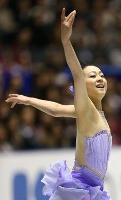 フィギュアスケートグランプリシリーズ第4戦NHK杯の女子ショートプログラムで1位となった浅田真央の演技=東京・国立代々木競技場で2013年11月8日 (302×500) http://mainichi.jp/feature/news/20131108org00m050007000c.html