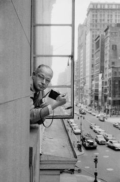 """For me, the camera is a sketch book, an instrument of intuition and spontaneity,"" — Henri Cartier-Bresson 📷 Rene Burri / Magnum Photos Magnum Photos, Candid Photography, Street Photography, Urban Photography, Color Photography, Henri Cartier Bresson Photos, Photo New York, Vintage Poster, Robert Doisneau"