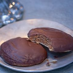 Wer diese Lebkuchen einmal probiert hat, kann kaum mehr widerstehen: Innen sind sie herrlich feucht und saftig, außen von feinster Schokolade umhüllt....