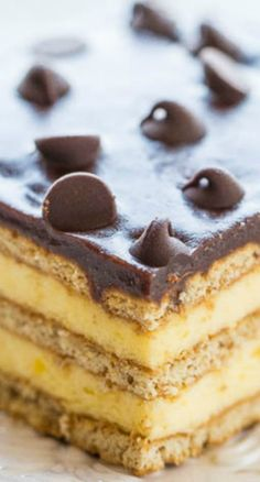Boston cream pie meets an eclair in this no-bake Boston Cream Icebox Cake! Vanilla pudding, whipped topping, graham crackers, and lots of chocolate! Icebox Desserts, Icebox Cake Recipes, New Year's Desserts, Best Cake Recipes, Köstliche Desserts, Frozen Desserts, Delicious Desserts, Dessert Recipes, Christmas Desserts