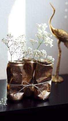 DIY Idee aus alten Dosen - Coole Blumen Vasen in Gold mit Schleife - Der besonders aufregende Hingucker in jedem Zimmer! Jetzt entdecken auf CHRISTINA KEY - dem Fotografie, Blogger Tipps, Rezepte, Mode und DIY Blog aus Berlin, Deutschland