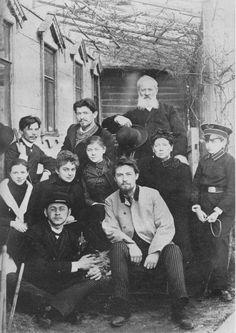 Anton Chekhov (1860 – 1904). La famille et les amis de Tchekhov en 1890. Anton est assis sur la chaise en face de sa mère et son père debout derrière.