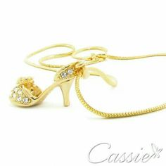 ✨ Colar Sapatinho folheado a ouro com pingente de sapatinho e detalhes em strass. ✨   #Cassie #semijoias #acessórios #moda #fashion #estilo #inspiração #tendências #trends #brincos #diadasmães #garantia #brincoslindos #love #pulseirismo #lookdodia #zircônias #brilho #amo #folheado #dourado #brincoleque #brincoleve #sãopaulo #colar #pulseiras #maxibrinco #anel