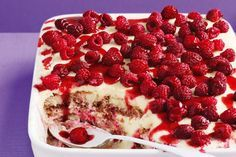 White Chocolate 'Berrymisu' - From its soft, flavour-soaked biscuit base layered with chocolate and cream through to its delectable berry topping, this dessert is an absolute knockout! Chocolate Trifle, Frozen Chocolate, White Chocolate, Just Desserts, Delicious Desserts, Dessert Recipes, Yummy Food, Dessert Ideas, Cake Recipes