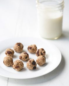 Oatmeal Raisin Cookie Dough Bites by acouplecooks: These treats are nothing but dates + oats + raisins + spices. This makes them no bake, vegan, gluten free, naturally sweet, with only 5 ingredients (minus salt), and they take about 5 minutes to make (not including clean-up…!). No bad! #Cookies #Oatmeal #Dates #Healthy