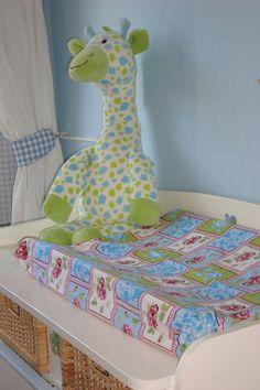Vrolijke aankleedkussenhoezen.  http://www.lottesbaby.nl/aankleedkussenhoezen