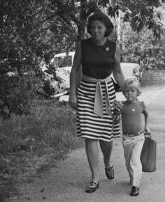 Alexander met Mamma Beatrix zijn 1e schooldag (NL). Queen Beatrix escorts Prince Willem-Alexander The Prince of Orange to school
