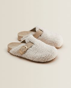Zara Home Slippers, Cute Slippers, Comfy Shoes, Comfortable Shoes, Sheepskin Slippers, Kinds Of Shoes, Winter Shoes, Sock Shoes, Womens Slippers