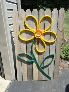 Cedar Fence with Garden Hose Flower (keep the connections, punch holes - create sprinkler) Garden Yard Ideas, Garden Crafts, Garden Projects, Recycled Garden Art, Diy Garden, Diy Projects, Backyard Fences, Backyard Landscaping, Landscaping Ideas