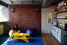 The office is designed on the concept of contemporary and industrial interiors – Orangewood Labs – The Architects Diary – İndustrial Office Industrial Office, Industrial Interiors, Kerala Traditional House, Traditional Decor, Workspace Inspiration, Home Studio, Architect Design, Apartment Design, Design Firms
