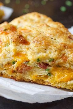 Bacon Cheddar Chive Scones- We usually think of scones as sweet, not savory. But these rich, tender scones are packed with chunks of cheddar cheese and diced bacon, and accented with fresh chives. Serve them with soup or a salad for a satisfying meal. Brunch Recipes, Gourmet Recipes, Breakfast Recipes, Cooking Recipes, Scone Recipes, Cooking Bread, Summer Recipes, Bread Baking, Breakfast Pizza