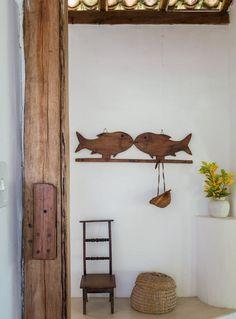 Detalhe | A cadeirinha de madeira foi comprada em um antiquário de Trancoso há muitos anos. De madeira, o cabideiro de peixes foi feito pelo artesão Cleri, também da região (Foto: Evelyn Müller/Editora Globo)