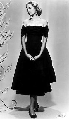 Trendy wyznaczał New Look Christiana Diora. W 1954 roku do świata mody powróciła także Chanel i jej klasyczny kostium: żakiet bez kołnierzyka i spódnica do kolan. Najbardziej zjawiskowe były jednak wytworne, kobiece suknie.