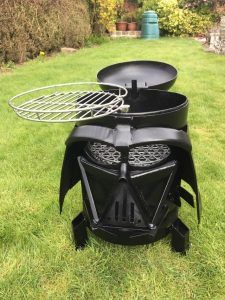 These are the Darth Vader mask wood-burners/BBQ grills crafted by UK-based Burned By Design (previously: their Alien and Predator fire pits, their Lord Of The Rings Witch-King fire pit and this Vader mask fire pit built by somebody else. Fire Pit Instructions, Bbq Grill, Grilling, Fire Pit Bbq, Fire Pits, Darth Vader Mask, Vader Helmet, Wood Burner, Mo S
