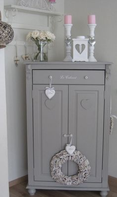 ogni punto di grigio racchiude un suo mondo, questo mi piace tantissimo! Shabby Chic Grey Living Room, Shabby Chic Lounge, Bedroom Shabby Chic, Shabby Chic Cottage, Shabby Chic Kitchen, Shabby Chic Homes, Shabby Chic Cabinet, Bedroom Decor, Shabby Chic Dining