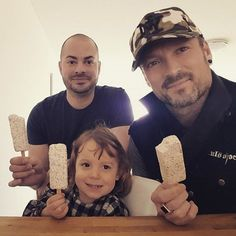 Ice cream with the ladies ;-) See @simi_moser little finger hahaha... #daddyday  #familyfirst  #ndwrsworld