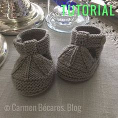 Sandalias de bebé tipo patucos a dos agujas | Manualidades Knitted Baby Boots, Baby Booties Knitting Pattern, Knitted Booties, Baby Knitting Patterns, Mouth Mask Fashion, Bebe Baby, Dog Clothes Patterns, Knitting For Kids, Baby Sweaters