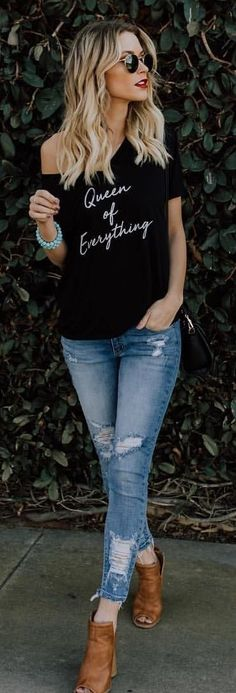 #spring #outfits black scoop-neck shirt and blue distressed jeans. Pic by @vicidolls