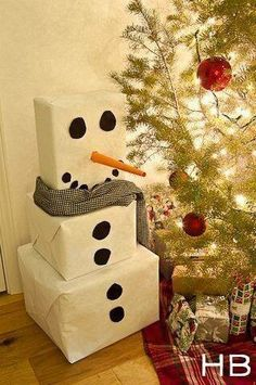Christmas Gift Wrapping Ideas: White wrapping paper and black circles turn 3 plain boxes into an adorable snowman. You can make the circles out of black craft paper. Roll orange craft paper into a pointed tube to make the nose. Holiday Crafts, Holiday Fun, Holiday Decor, Snow Men Crafts, Holiday Ideas, Theme Noel, Noel Christmas, Christmas Ideas, Christmas Traditions