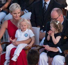 Jacques e Gabriella têm dois anos e meio e pontualmente acompanham os pais em atos oficiais.