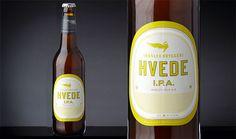 HVEDE I.P.A Styrke: 5,5%  Hvede I.P.A. er, som resten af vores sortiment, en fuldblods hvedeøl. Det er en utraditionel øl, brygget med afsæt i den engelske pale ale, hvilket gørøllet mere humlet end den normale lyse hvedeøl. øllet er lyst gyldent og humlet med Hallertauer Perle og Amarillo som bitterhumler. Mens Cascade og Hallertauer Saphir er brugt som aromahumler. Hvedeøllets bløde sødlige præg, i kombination med det bitre og aromatiske fra humlerne, giver en rund og fyldig øl med en…
