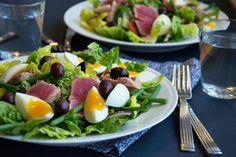 Den klassiske salade nicoise laves på utallige måder og kombinationen af tun æg oliven og sprøde grønsager er uimodståelig - få opskrift