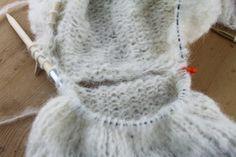 Raglanfelling for nybegynnere   Søstrene Miljeteig Big Knit Blanket, Jumbo Yarn, Big Knits, Cast Off, Knit Pillow, String Bag, What To Make, Stockinette, Pillow Forms
