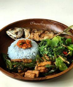 Blue Rice Fried Fish Sautee bitter green Sautee pucuk labu Tempeh orek Sambel Pete *latepost *lunch
