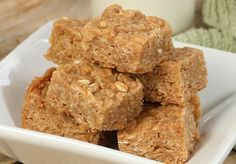 Quick, easy and healthy 3 ingredient snack recipes for kids, teens and adults! The perfect guilt-free treats and desserts! These simple recipes are perfect for weight loss and health. Peanut Butter Energy Bars Recipe, Peanut Butter Flapjacks, Healthy Desserts, Dessert Recipes, Bar Recipes, Recipes Dinner, Healthy Recipes, Good Food, Yummy Food