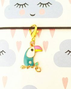 A single toucan charm fixed to a 16mm lobster clasp. Perfect for attaching to your planner or TN, used as stitch marker or progress keeper or as a zipper or purse charm.